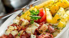 Carne seca com mandioca flambada na cachaça