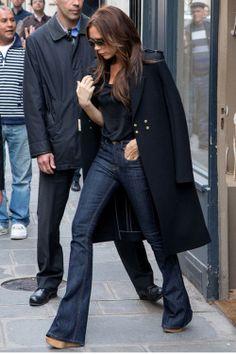 Victoria Beckham poartă o pereche de janşi mai largi jos, în stilul anilor 70. Atenţie însă: combină acest tip de jeanşi cu pantofi cu toc f...