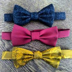 """Feine Schnitte Berlin: bow ties (dark grey """"salt'n pepper"""" tweed, magenta rayon, golden jaquard mix). Herren-Mode Fliegen: dunkelgrau """"Salz & Pfeffer"""" Schurwolle Tweed, dunkelrote Viskose, goldener Jacquard-Brokat-Mix) http://www.feineschnitte.berlin"""