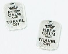 """Colgante chapa """"Keep Calm and Travel On"""". Zamak bañado en plata - #Beryllos: #abalorios, #cuentas y # Materiales para bisutería en http://www.beryllos.es"""