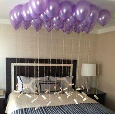 globos en una habitación y notas de amor colgadas