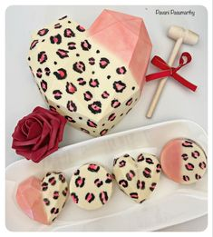 Chocolate Crafts, Chocolate Bomb, Hot Chocolate Bars, Chocolate Art, Chocolate Molds, Homemade Chocolate, Melting Chocolate, Chocolate Covered Treats, Chocolate Covered Strawberries