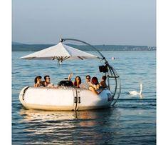 Erleben Sie zusammen mit Ihren Freunden und Ihrer Familie die ultimative Mischung aus Fun, Grillieren und Chillen. Vertreiben Sie den Alltag für einige Stunden. In der Mitte des Motorbootes thront ein Kugelgrill, um ihn herum haben bis zu 10 Leute Platz. Ausgerüstet mit einem coolen Soundsystem wird Ihr Ausflug auf dem Party Boot garantiert ein Spass Erlebnis. Stecken Sie Ihren eigenen MP3 Player an und los geht das Abenteuer Grillplausch auf dem Bodensee! Der Gutschein ist mit ...