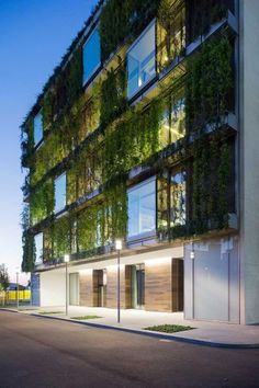 The ideal green building might be a developing task that will permit you to save most of the organic environment around. Architecture Durable, Architecture Résidentielle, Sustainable Architecture, Contemporary Architecture, Japanese Architecture, Residential Building Design, Green Facade, Green Roofs, Architectural Design House Plans