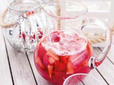 Eistee und warme, sonnige Tage ergeben zusammen einen kleinen Kurzurlaub, den Du auch auf Balkonien genießen kannst. // DIY recipe: iced tea with hibiskus, rhubarb, and strawberry via DaWanda.com