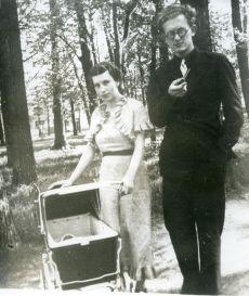Kersti Merilaas ja August Sang lapsega (Liina Sang) 1937. a suvel Tähtvere pargis Tartus