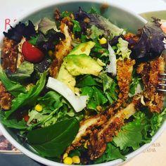 Ensalada variada con pollo rebozado, aguacate, tomates cherrys y salsa de miel.