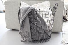 Staaldraad mand met dekens. Vloer is vtwonen vinyl Beton 1. #vtwonencollectie