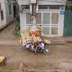 "adambirkan: "" ©Adam Birkan Updated my project, >Hanoi< check it out! "" #花屋 #art #bike #バイク 花屋なのか?アートなのか?^^; 園芸にヤシマットをどうぞ。"