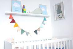 Kinderzimmer von Sophia Babybett mit Bildern und Kissen