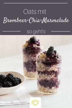Lust auf ein gesundes Frühstück? Wie wäre es mit Haferflocken und Brombeer-Chia-Marmelade? Hält lange satt und schmeckt himmlich gut!