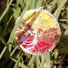 Cuando hay que trabajar con esas emociones que nos arraigan a tierra:  la creatividad  sexualidad seguridad voluntad poder éstos son los colores de esos vórtices en nuestro cuerpo(muladhara-rojo  swadisthana-naranja  manipura-amarillo). Exaltados en un árbol de la vida a manera de vitral. Parte de esas piezas que elaboro para ayudar a resaltar tu belleza y a sanar desde el alma.  #Namaste  #muladhara  #swadisthana  #manipura  #chakra #arboldelavida #kelandktreeoflife #treeoflife #equilibrio…