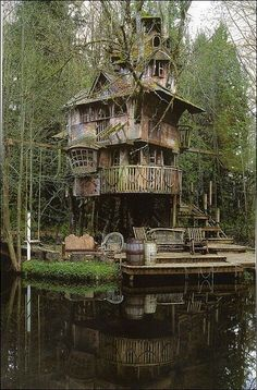 High quality images of abandoned things and places. Abandoned Mansions, Abandoned Buildings, Abandoned Places, Cool Tree Houses, Old Houses, Tree House Designs, In The Tree, Beautiful Places, Scenery