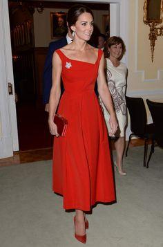 Kate Middleton glamour et sexy en robe rouge moulante à une soirée contre  le cancer du 2902d2242b8f