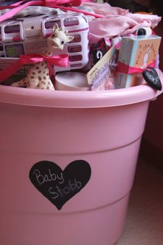 Baby shower gift in a tub (toy bin) - 15 things new moms really NEED. Keeping this in mind for baby shower gifts. Party Box, Craft Gifts, Diy Gifts, Cheap Gifts, Toy Bins, Shower Bebe, Best Baby Shower Gifts, Cookies Et Biscuits, Shower Party