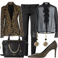 Outfit composto da giacca monopetto, pantalone con lunghezza 7/8, camicia con forte trasparenza e décolleté in pelle. Completano il look gli orecchini pendenti e la borsa a mano griffata.