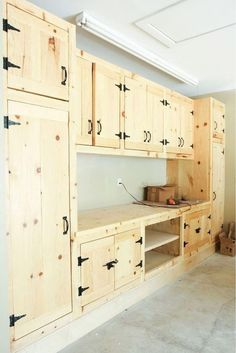 Wood Shop Projects, Home Projects, Pallet Kitchen Cabinets, Garage Cabinets Diy, Garage Storage Shelves, Garage Organization, Organization Ideas, Garage Interior, Diy Pallet Furniture