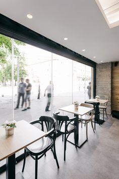 Arhitektura Budjevac, un studio de design architectural basé en Serbie, a eu la tâche de créer le premier café de la franchise « Stock Coffee ».