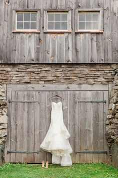 Elegant is an unusual word to describe farming barns, but this couple managed to transform it into a chic and charming wedding venue, thanks to strings of lights, floral touches and lots of love. Take a look inside the wedding gallery here. on http://www.bridestory.com/blog/rustic-chic-barnyard-wedding-in-new-york