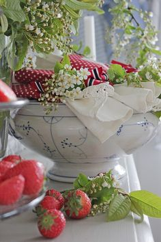 Vi pynter til 17 mai ! Red Cottage, Cottage Style, Scandinavian Cottage, Strawberry Patch, Strawberry Fields, Vibeke Design, Red Rooster, Shabby, Royal Copenhagen