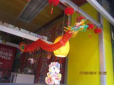 """¡Dragón! Este adorno a pesar de ser de lo  más """"común"""" que puedes encontrar por tratarse de un dragón y la tendencia o valor que los chinos les atribuyen, su sencillez en cuanto a materiales y sus detalles muy bien realizados, lo hacen sorprendente visualmente hablando."""
