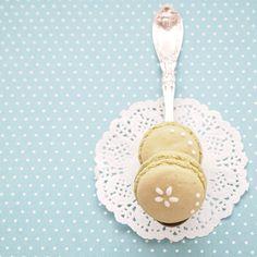 green tea macarons with icing * 本日のおみやげに焼いたマカロン。ずっとしてみたかったアイシングをちょっぴり施してみました♡