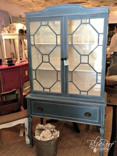 I recently painted a hutch in Aubusson Blue Chalk Paint and when I was done it looked a little well blue. So I decided to apply White Wax to highlight the detai…