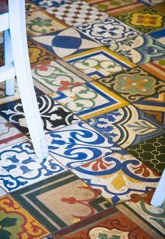 Mosaic with cement tiles / mosaico de diversas baldosas hidraúlicas / Zementfliesen in verschiedenen Farben und Muster Floor Patterns, Tile Patterns, Floor Design, Tile Design, Portuguese Tiles, Kitchen Tiles, Kitchen Floor, Decoration, Tile Floor