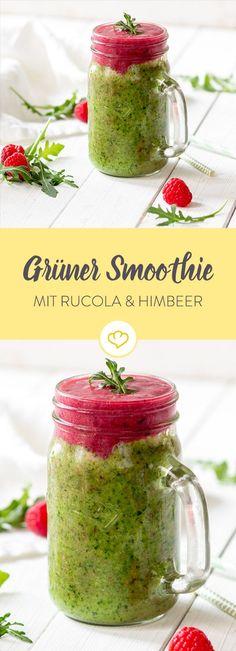 Dieser grüne Smoothie schmeckt so gar nicht bitter oder sauer. Das Besondere: eine rosafarbene Haube aus Himbeeren und Banane.