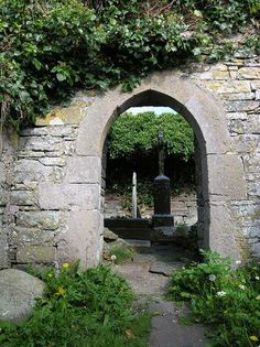 Ruined Church Entrance at Liscannor Graveyard Best Key West Hotels, Stone Masonry, Mystery Of History, Ireland Vacation, Graveyards, Memento Mori, Going Home, Lighthouses, Monuments