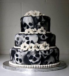 crazy airbrushing on this B&W skulls-and-flowers cake.