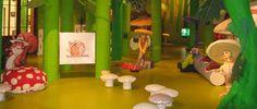 1001 Stippen| In een decor van meer dan duizend stippen ontdekken de allerkleinsten de magische wereld van de paddenstoelen aan de hand van gedichtjes, liedjes, puzzels, zoekplaten en knutselactiviteiten. Enzo de eekhoorn vergezelt hen op tocht door het bos en geeft uitleg bij iedere opdracht.