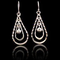 Deze vrouwelijke oorbellen zijn van zilver 950 en handgemaakt.Uniek design. Lengte:4,5 cm Prijs 29,95 € Gratis verzending binnen Nederland je kunt hier direct bestellen: http://www.dczilverjuwelier.nl/zilveren_oorbellen/Zilveren_oorbellen_online_kopen_012131