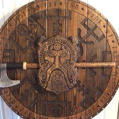 Viking Sheild, Viking Shield Design, Viking Hall, Arte Viking, Viking Decor, Ancient Myths, Viking Symbols, Thors Hammer, Wood Carving