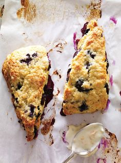 Easy to make, light and fluffy blueberry chocolate chip scones sprinkled with coarse sugar - the perfect breakfast treat! Blueberry Chocolate, Blueberry Scones, Blueberry Recipes, Dessert Ricardo, Fried Chicken And Waffles, Ricardo Recipe, Delicious Breakfast Recipes, Brunch Recipes, Scone Recipes