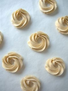 Pursotetut pikkuleivät on sellainen herkku joka vie meidät salamannopeasti takaisin kouluvuosiin kun opiskelimme leipuri-kondiittoreiksi. Pursotettuja pikkuleipiä tuli väkerrettyä todella usein ja taikinaa syötyä (vähän liiankin) paljon. Muistamme että koulun pikkuleipiin tuli myös hirvensarvisuolaa ja vaikka... Croissants, Cookie Recipes, Icing, Bakery, Food And Drink, Yummy Food, Sweets, Cookies, Tuli