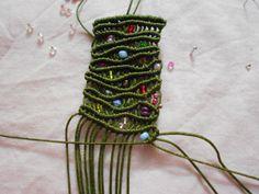 Το λιβάδι έτσι το ονόμασα το βραχιολάκι αυτό με το όμορφο πράσινο χρώμα και τις πολύχρωμες χάντρες του .Χρησιμοποίησα πολυεστερική κλωστή και πολύ λεπτές χάντρες . Πάνω σε μια κλωστή 2,5 μ και αφού…