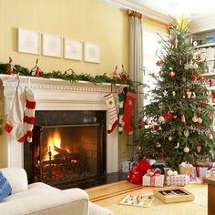 Wohnzimmer festlich dekorieren Kamin Weihnachtsstiefel