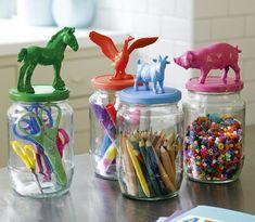 Tover samen met je kids oude glazen potjes om tot voorraadpotten met vrolijke plastic dieren. Lees de DIY op Flairathome.nl