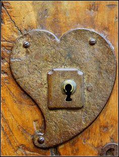 coração A heart lock of amazing quality. I Love Heart, Key To My Heart, With All My Heart, Heart In Nature, Heart Art, Knobs And Knockers, Door Knobs, Old Keys, Jolie Photo