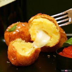Heute ist #weltkrokettentag  Im Blog gibt's das Rezept für diese herrlich gefüllten Bällchen aus #kartoffel und #mozzarella ! Today is day of the #croquette  let's celebrate it with #mozarella stuffed balls of #potato #homemade #ilovecooking #selbstgemacht  #foodgasm #foodpic #instafood #foodies #foodie #foodshot #foodstagram #instafood #photooftheday #picoftheday #testesser #graz #steiermark #austria #igersgraz