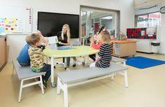 Deuren uit de klaslokalen, grote openingen niet op ons eigen eilandje werken maar meer gaan samenwerken Mood Boards, Desk, Education, Furniture, Home Decor, Spaces, Desktop, Decoration Home, Room Decor