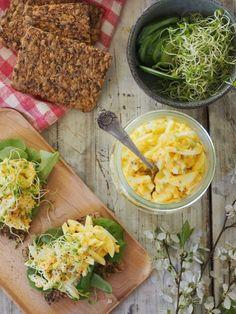 eggesalat og knekkebrød Recipe Boards, Macaroni And Cheese, Recipies, Curry, Eggs, Lunch, Chicken, Baking, Breakfast
