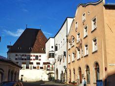 Stadtplatz in Hall in Tirol. In der mittelalterlichen Salinenstadt wurde der Dollar erfunden, denn im Münzturm wurde der erste Taler (=Dollar) geprägt. Hall In Tirol, Beautiful Places, Earth Quake, Mansion, Catholic, Middle Ages, City