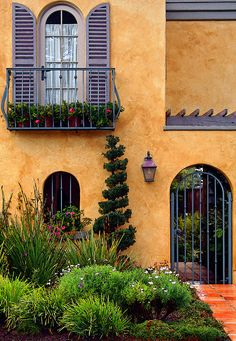 Provence, France - beautifully landscaped entrance I am pinning this to decorating ideas because I love how the color of the house contrasts with the purple (maybe grayish periwinkle) colors of the shudders and border. Fachada Colonial, Beautiful Homes, Beautiful Places, Pintura Exterior, Fairytale Cottage, Provence France, South Of France, Architecture, Arches