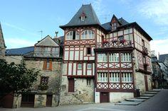 #Josselin #villageetape #Bretagne #IlleetVilaine #cité #caractère #colombage #maisonquipenche #rouge