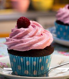 Schoko-küsst-Himbeer-Cupcakes mit erfrischendem Frosting