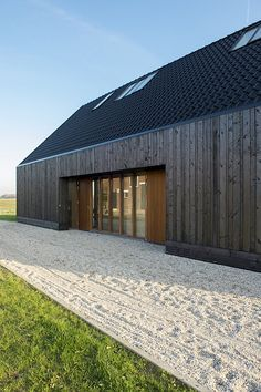 Blackbird / Onix Architects Location: 5831 Boxmeer, Netherlands Architect In Charge: Haiko Meijer Area: Year: 2014 Building Design, Building A House, Architecture Résidentielle, Wooden Facade, Modern Barn House, Contemporary Barn, Casas Containers, Rural House, Shed Homes