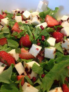 Salaattia, leipäjuustoa, mansikkaa, tuoretta minttua, roseepippuria ja sitruunaoliiviöljyä. Täydellinen kesäsalaatti!