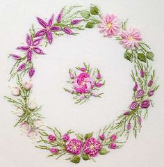 Pembe mor çiçeklerden işlenen yuvarlak şeklinde çin iğnesi nakış modeli